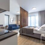 Obývací pokoj s ložnicí apartmánu Adina 1
