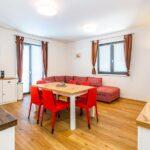 Obývací pokoj s jídelním stolem apartmánu Adina 4