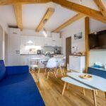 Obývací pokoj s kuchyňským koutem apartmánu Adina 8 v komplexu Ski Chalet Klínovec